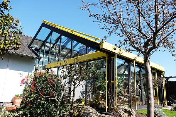 Wintergarten mit gelben Elementen